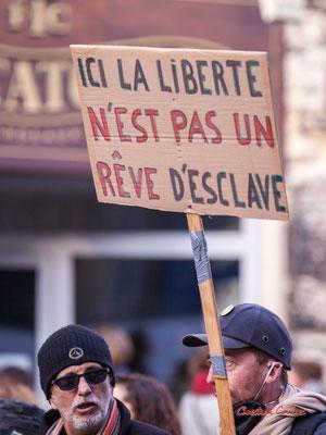 """""""Ici la liberté n'est pas un rêve d'esclave"""" Manifestation contre la loi Sécurité globale. Samedi 28 novembre 2020, cours Victor Hugo, Bordeaux. Photographie © Christian Coulais"""