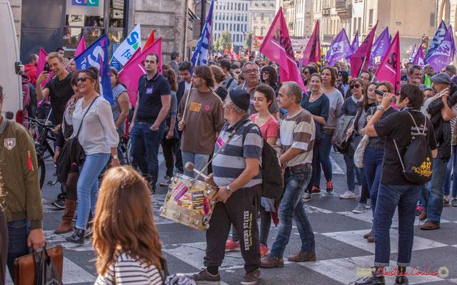 SUD Solidaires, un tambour, une voix et les adhérents reprennent en cœur. Manifestation intersyndicale de la Fonction publique, place Gambetta, Bordeaux. 10/10/2017