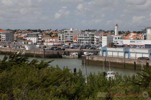 Du haut du promontoire d'observation, Promenade Marie Tsvetaieva. L'entrée du port de pêche. Saint-Gilles-Croix-de-Vie, Vendée, Pays de la Loire