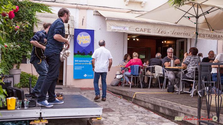 Festival JAZZ360 2018, Robin & The Woods Duo joue au restaurant Les Acacias à Cénac. 08/06/2018