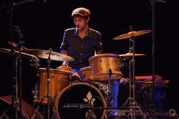 """joue sur une batterie """"Bop Bou Mac"""" De France Drums, créée par Sigismond de France"""