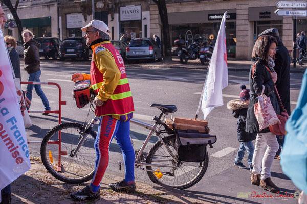 Militant CGT / la France insoumise au porte-drapeau fait maison. Manifestation intersyndicale contre les réformes libérales de Macron. Bordeaux, 16/11/2017