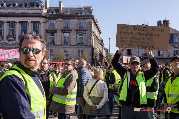 """""""Des taxes pour payer grassement nos députés (E-U), nos sénateurs et nos ministres"""" Manifestation nationale des gilets jaunes. Place de la Victoire, Bordeaux. Samedi 17 novembre 2018"""