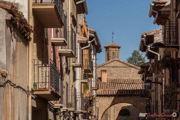 Calle Amadores y  Iglesia de Santiago, Sangüesa, Navarra