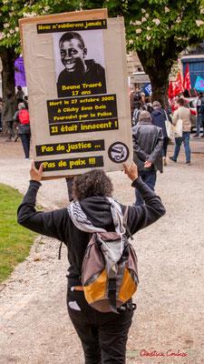 """10h57 """"Nous ne t'oublierons jamais Bouna Traoré, 17 ans. Mort le 27 octobre 2005 à Clichy-sous-Bois, poursuivi par la Police. Il était innocent ! Pas de justice...Pas de paix !!!"""" Place Gambetta, Bordeaux. 01/05/2018"""