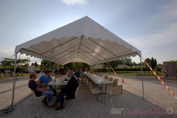 Festival JAZZ360 2015, tente municipale pour le repas extérieur. Alllées des écoliers, Cénac, 12 juin 2015