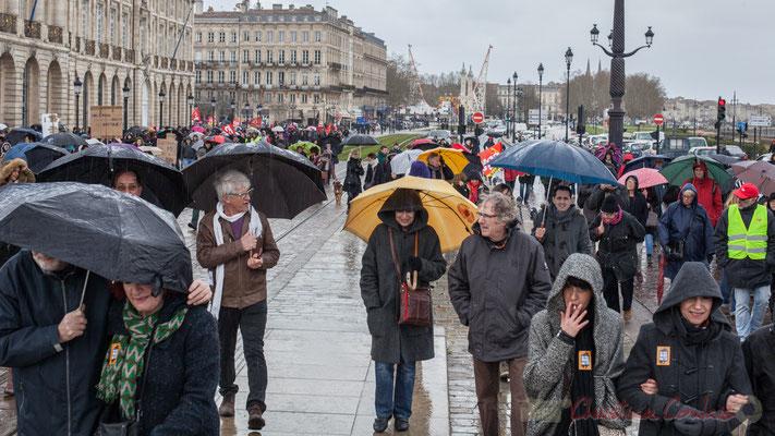 15h14, sur les quais de Bordeaux, à nouveau sous la pluie, les manifestants avancent vers quel espoir ?