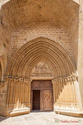 Portail Sud, XIVème siècle, une des meilleurs œuvres du gothique navarrais, qui comporte 10 archivoltes brisées et évasées s'élèvant en ogive. Sanctuaire-Forteresse de Santa María de Ujué, Navarre