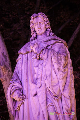 Statue de Michel Eyquem de Montaigne, seigneur de Montaigne (marbre blanc, sculpteur Dominique Fortuné Maggesi). Place des Quinconces, Bordeaux. Mercredi 17 octobre 2018. Reproduction interdite - Tous droits réservés © Christian Coulais