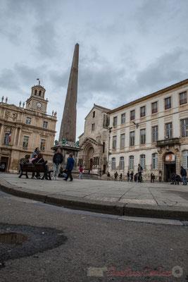18 Place de la République, Obélisque de granit rouge, 20 m. Au fond Hôtel de ville, à droite Eglise Sainte-Trophine puis Palais de l'Archevêché, Arles