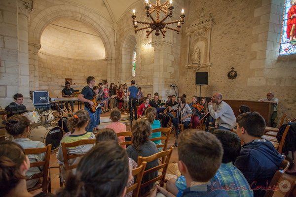 Les élèves de la Chorale jazz TAP de Cénac écoutent leurs aînés, église Saint-André de Cénac