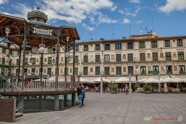 Il s'agissait d'offrir un espace aux corridas qui se déroulaient Plaza Vieja, d'où certaines façades sont ornées de scènes taurines en faïence. Plaza de Los Fueros, Tudela, Navarra
