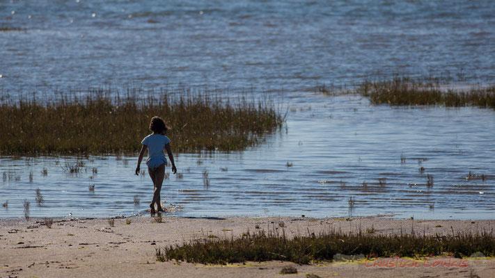 Petite fille en bordure du Bassin d'Arcachon. Domaine de Graveyron, Audenge, espace naturel sensible de Gironde