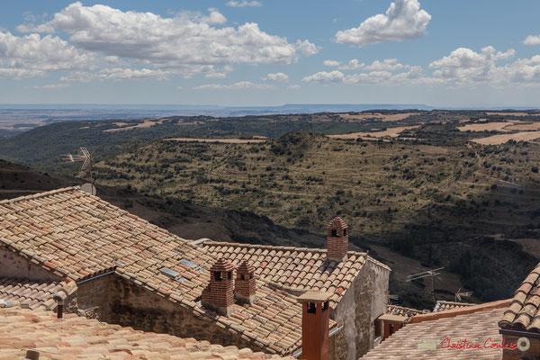 Au-delà du village d'Ujué et ses cheminées de briques, la plaine de la Ribera / Más allá del pueblo de Ujué y sus chimeneas de ladrillo, la llanura de la Ribera