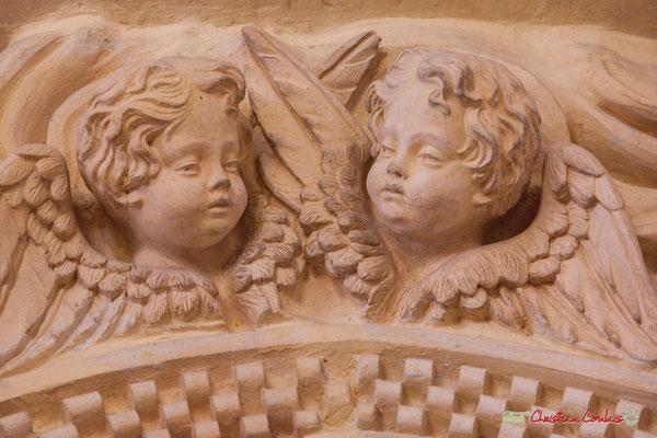 Détail des angelots haut du portique gauche. Eglise Saint-André, Cénac. 28/04/2018