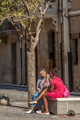 """Les filles"" Place Carlos III le Noble, Olite, Navarre / ""Las chicas"" Plaza Carlos III el Noble, Olite, Navarra"