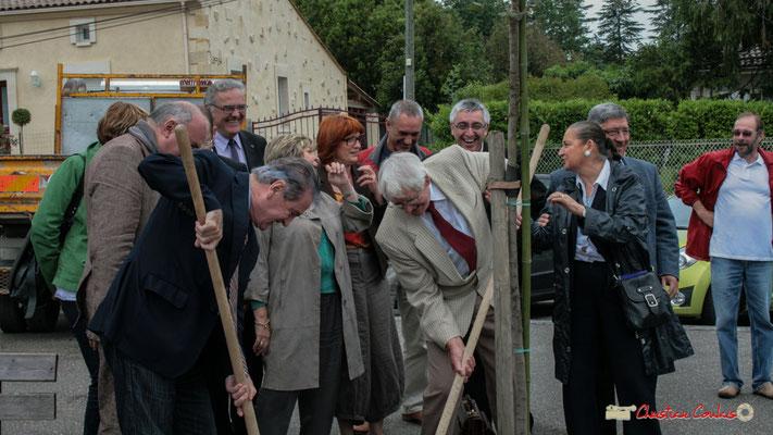 Philippe Madrelle et Guy Georges plantent symboliquement l'Arbre de la Laïcité, place Camille Gourdon, Créon. 19/06/2010
