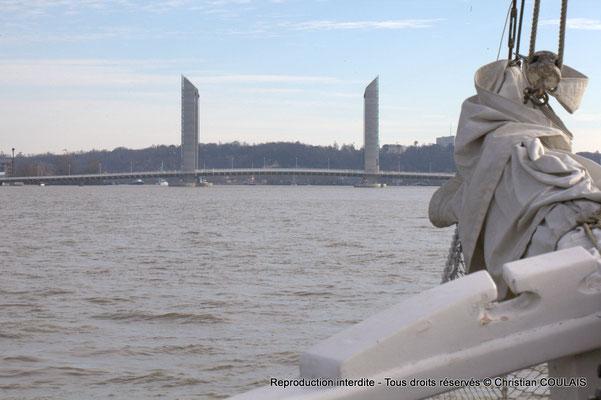 Bout-dehors et pont Jacques Chaban-Delmas, quelques bateaux se préparent à parader. Bordeaux, samedi 16 mars 2013
