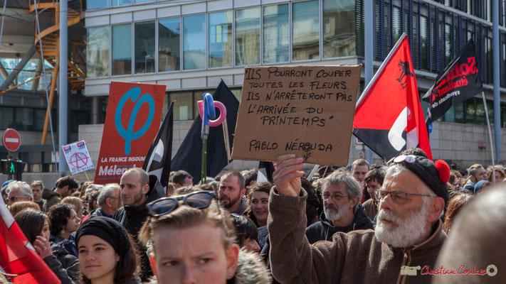 """""""Ils pourront couper les fleurs mais ils ne peuvent arrêter le Printemps, Pablo Neruda"""" Manifestation du 1er mai 2017, avec la France Insoumise, cours d'Albret, Bordeaux"""