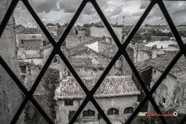 """""""Fenêtre sur cours"""" Tour polygonale XVIème siècle. Cité médiévale de Saint-Macaire. 28/09/2019. Photographie © Christian Coulais"""
