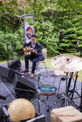 Tandis que Nicolas Saez débute en solo le concert. Pique-nique vigneron avec Nicolas Saez Quartet, Festival JAZZ360 2019, Château Duplessy, Cénac, lundi 10 juin 2019