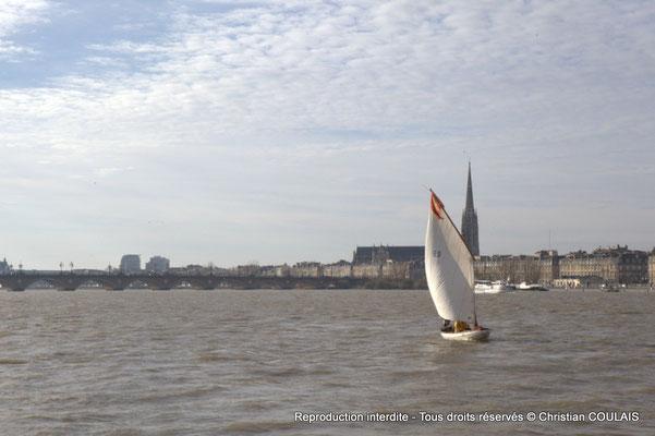 Pont de pierre et yole le Seil sur la Garonne. Bordeaux, samedi 16 mars 2013