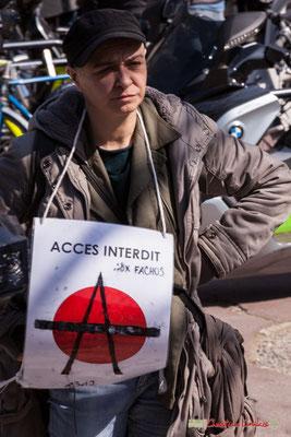 """14h24 """"Accès interdit aux fachos 1312"""" Manifestation intersyndicale de la Fonction publique/cheminots/retraités/étudiants, place Gambetta, Bordeaux. 22/03/2018"""