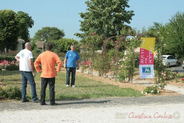 Richard Raducanu, et ses gants de sécurité. Installation des tentes par les bénévoles. Festival JAZZ360, Les coulisses du Festival à Cénac. 03/06/2011