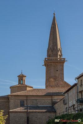 Clocher de l'église San Pedro depuis le chemin de ronde extérieur, Olite, Navarre / Campanario de la iglesia de San Pedro de la ronda del castillo, Olite, Navarra /