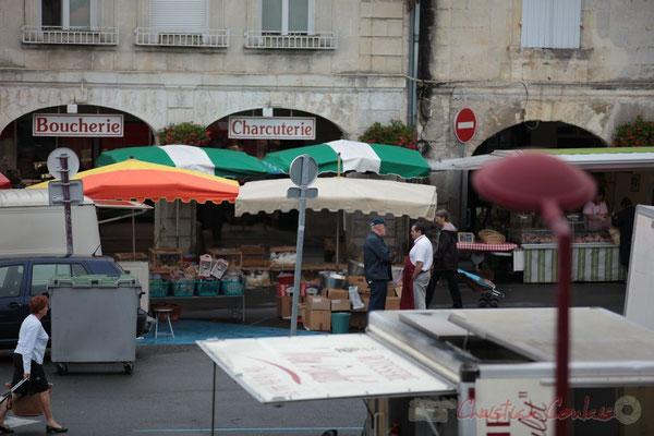 Stands de Volailles vivantes et œufs, en face Articles culinaires, Marché de Créon, Gironde