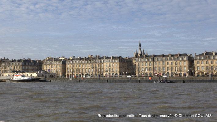 Le quai Richelieu et ses façades XVIIIème siècle, la porte Cailhau depuis la gabare les Deux Frères sur la Garonne. Bordeaux, samedi 16 mars 2013