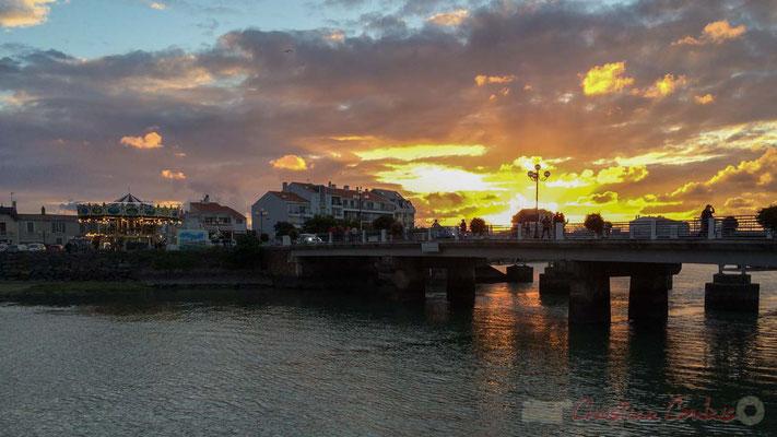 Coucher de soleil sur les quais de Saint-Gilles-Croix-de-Vie et le Pont de la Concorde, Vendée, Pays de la Loire