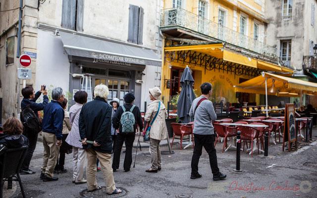 52 Touristes asiatiques devant le Café van Gogh, place du forum, Arles