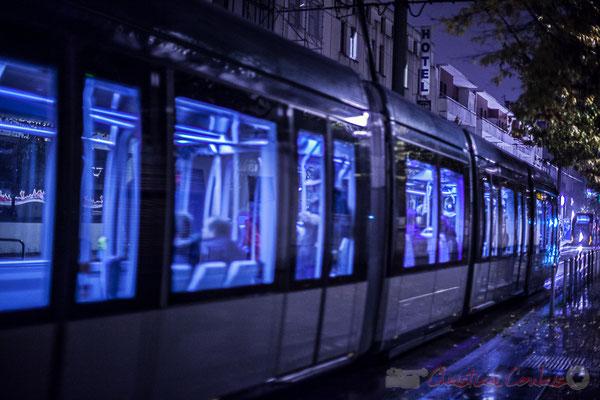 Extérieur nuit, sous la pluie, compartiment tramway ligne C, rue de Tauzia, Bordeaux