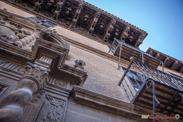 Les 2 étages, en briques, s'ouvrent à deux balcons avec balustrade, sur des consoles d'applique gauches / Los dos pisos, en ladrillos, abiertos a dos balcones con balaustrada, en consolas a la izquierda Palacios de Ongay-Vallesantoro, Sangüesa, Navarra