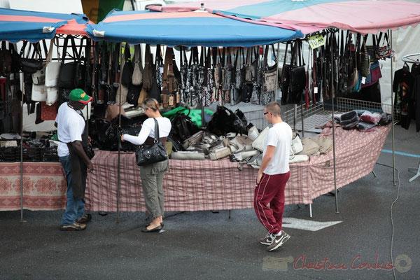 Etal du distributeur de produits d'artisanat africain...et asiatiques, Marché de Créon, Gironde