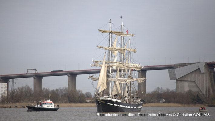 Le Belem est encadré par la vedette pilote du Port autonome de Bordeaux et la direction de la parade. Bordeaux, samedi 16 mars 2013