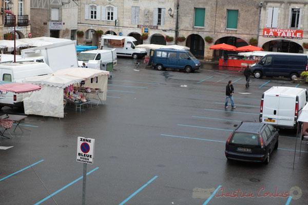 Jour de pluie, les commerçants de vêtements ne sont pas venus, Marché de Créon, Gironde