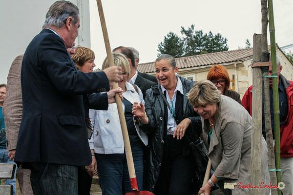 Françoise Cartron et Martine Faure plantent symboliquement l'Arbre de la Laïcité, place Camille Gourdon, Créon. 19/06/2010
