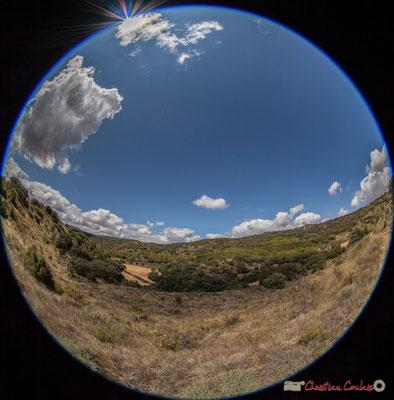 Cereales, viñedos y molinos de viento, entre Ujué y San Martín de Unx, Navarra / Céréales, vignes et éoliennes, entre Ujué et San Martin de Unx (objectif 8mm)