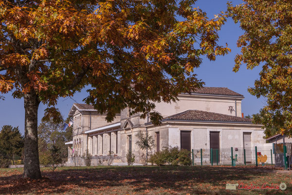 Bâtiment communal de 1902 Mairie-Ecole, depuis le parc. Avenue de Bordeaux, Cénac, Gironde. 16/10/2017