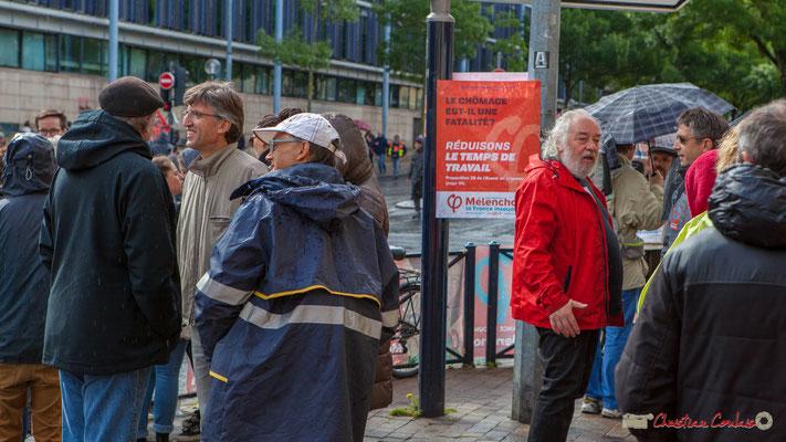Bordeaux. Angle de la rue des Frères Bonie du cours d'Albret, lieu de rencontre des groupes locaux girondins de la France Insoumise, 1er mai 2017