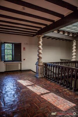 Second étage, dalles d'argile cuites et colonnes torsadées /  Segundo piso, azulejos de barro cocido y columnas retorcidas. Palacio de Ongay-Vallesantoro, Sangüesa, Navarra