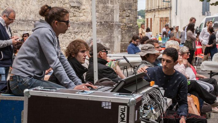 Charlotte Leric, technicienne du son pour les plateaux extérieurs et ses stagiaires. Festival JAZZ360 2016, Camblanes-et-Meynac, 11/06/2016