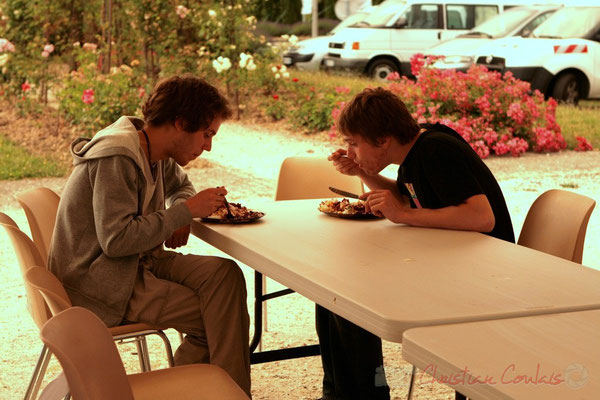 Les jeunes musiciens se restaurent aussi. Festival JAZZ360 2011, Cénac. 03/06/2011