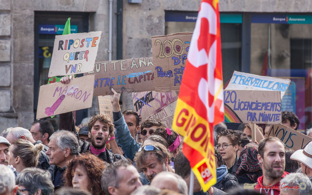 """""""Macron va te faire foutre"""" """"Riposte queer VNR"""" """"120 licenciements par minute"""" Manifestation contre la réforme du code du travail. Place Gambetta, Bordeaux, 12/09/2017"""