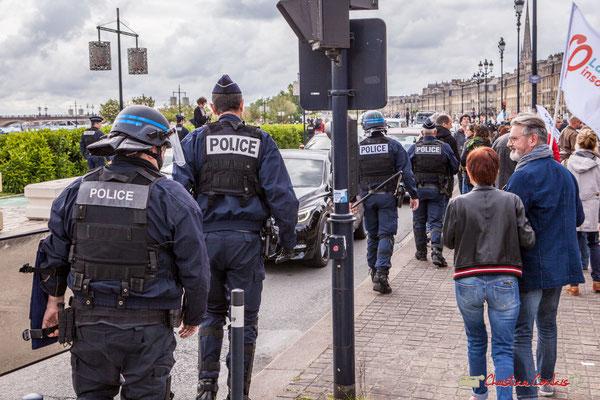 11h44 La police borde le cortège sur quelques mètres...au niveau des militants la France insoumise, en fin de cortège. Quai Richelieu, Bordeaux. 01/05/2018
