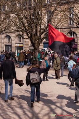 14h45 Drapeau rouge et noir, symbole de l'anarcho-syndicalisme. Manifestation intersyndicale de la Fonction publique/cheminots/retraités/étudiants, place Gambetta, Bordeaux. 22/03/2018