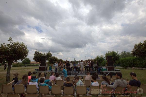 Le Big Band du Collège de Monségur balance, écouté par les classes primaires de l'école du Tourne . Festival JAZZ360, Cénac, 12/06/2015