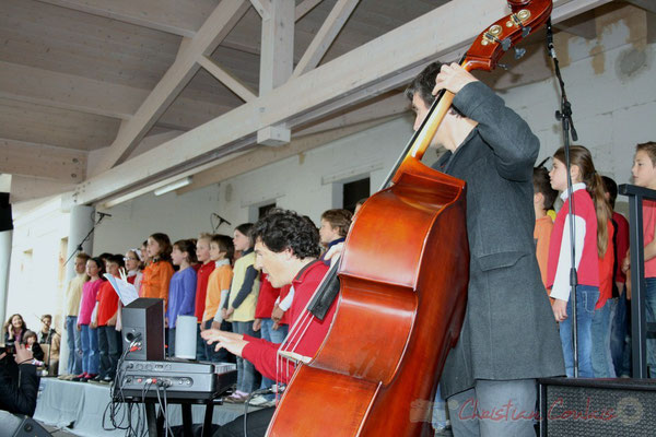 Serge Moulinier, Christophe Jodet accompagnent la Chorale jazz des écoles de la CDC des Portes de l'Entre-Deux-Mers. Festival JAZZ360 2010, Cénac. 12/05/2010